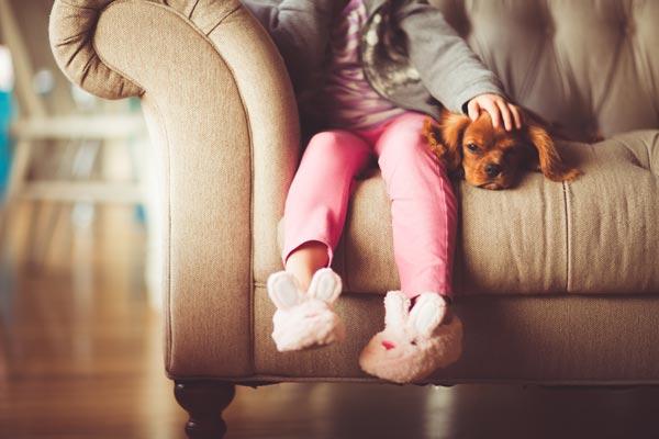 la petite fille n'a plus peur des chiens depuis sa seance d'hypnose